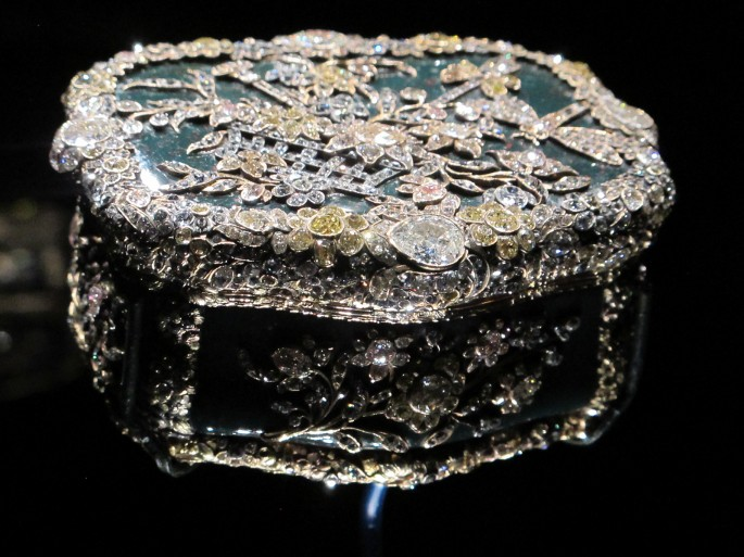 Diamond-encrusted snuff box